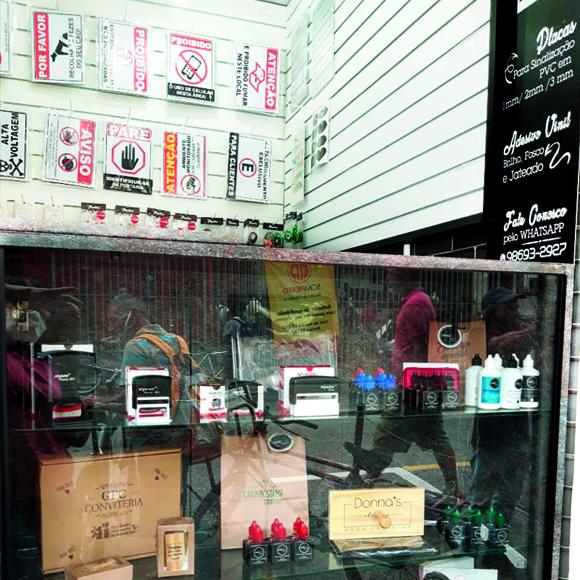 foto do balcao da loja de osasco mostrando alguns itens como carimbos e sacolas