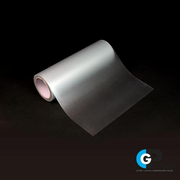 rolo de adesivo jateado sobre o fundo preto