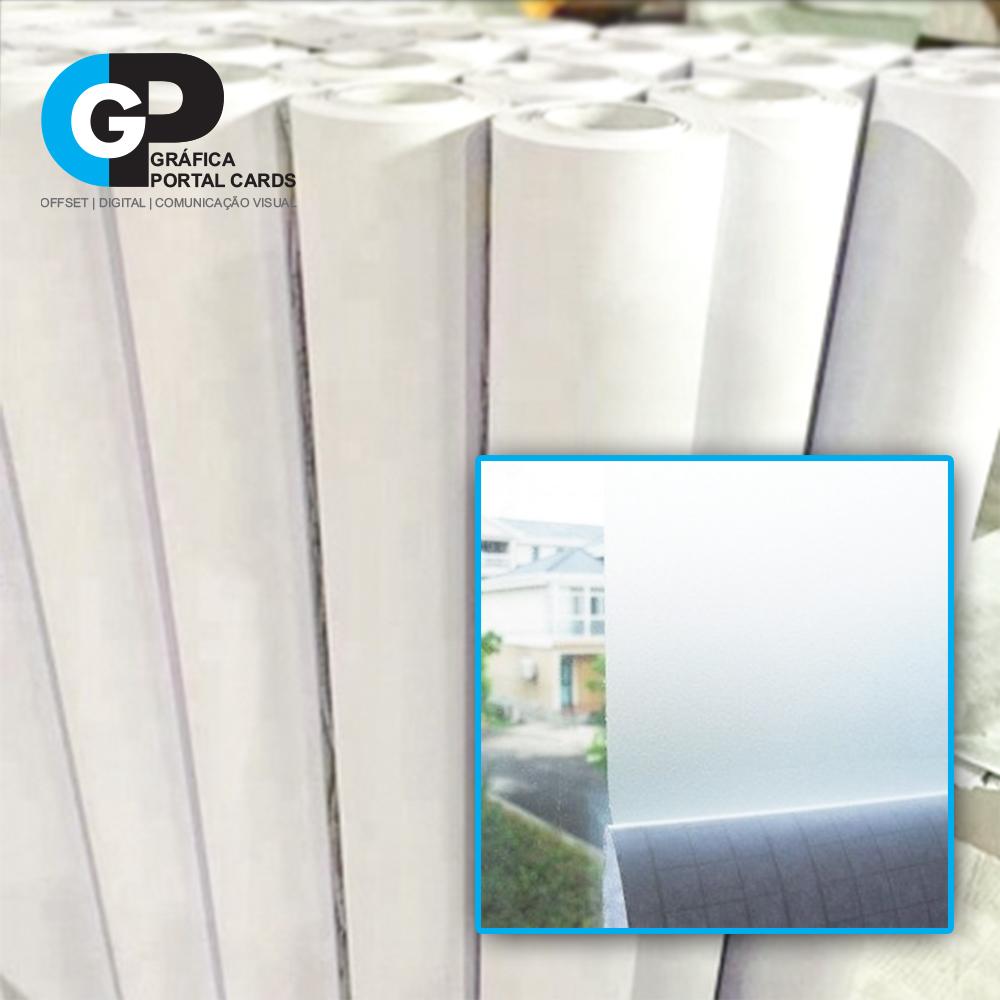 vários rolos de adesivos jateados e uma figura que mostra um pedaço do adesivo aplicado na janela