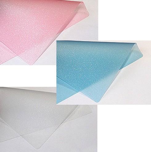 pedaços de adesivo jateado impressos nas cores rosa e azul e incolor